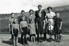 Alle de 11 søskende fra Bigum samlet på en gang. Bemærk de bare tæer hos nogle af børnene.