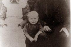 Maren-og-Gregers-Mogensen-med-barnebarn-ca-1908