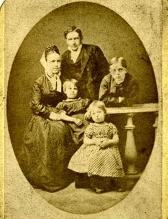 Pastor Jens Carl Christian Bertelsen med familie. (Fra ca. 1873)