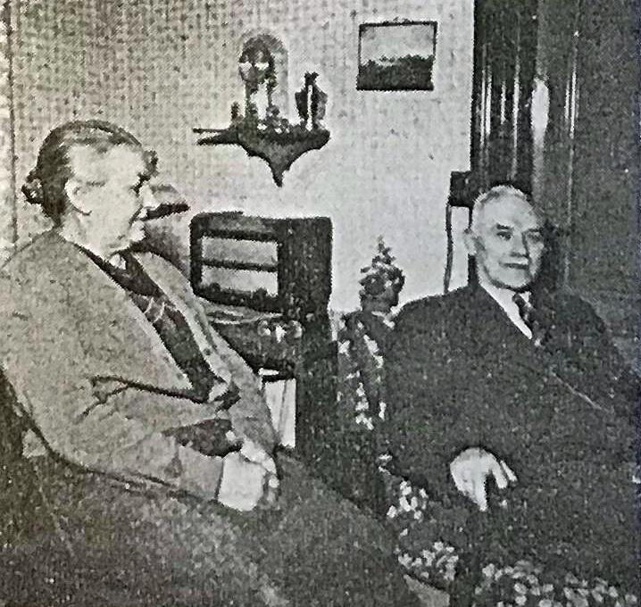Jens Kristian Andreasen og fru Andreasen på besøg i det gamle hjem ,(Flarupvej 9) der nu er overtaget af en søn og svigerdatter.