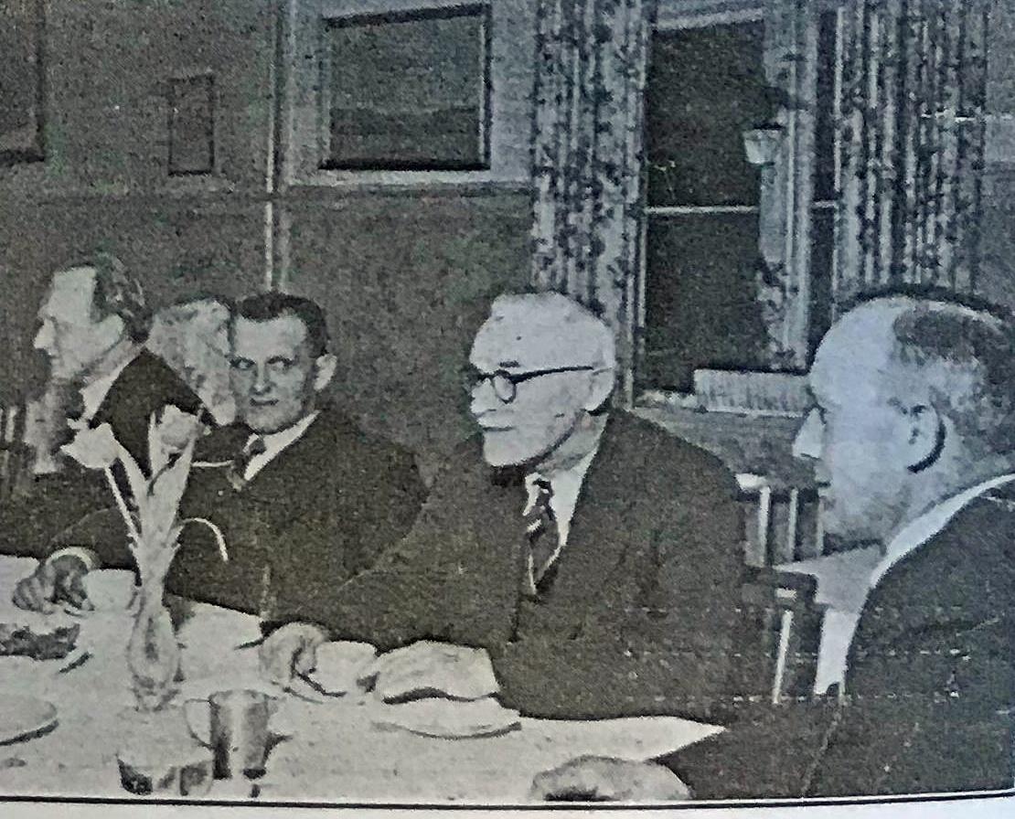Bestyrelsesmøde i Viborg amts husmandsforeninger. Formanden, Svend Knudsen, sidder længst til højre, og derefter mod venstre: Jens Kristian Andreasen, Otto Christoffersen og Johs. Bøvling.